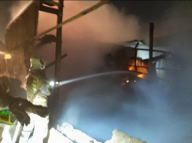 آتش سوزی  |  مصدوم شدن سه آتش نشان در پی وقوع حریق در یک کارگاه صنعتی