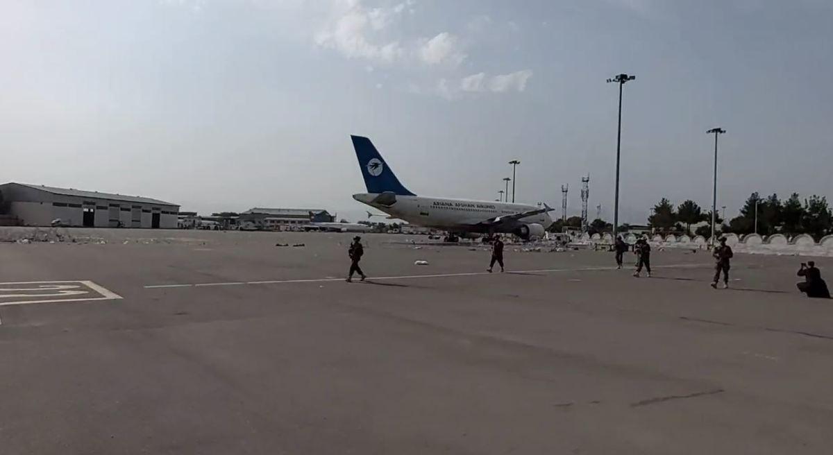 طالبان وارد فرودگاه خالی کابل شدند+ فیلم