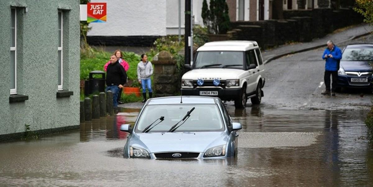 باران سیلآسا در انگلیس، ولز و اسکاتلند، این مناطق را در خاموشی فرو برد
