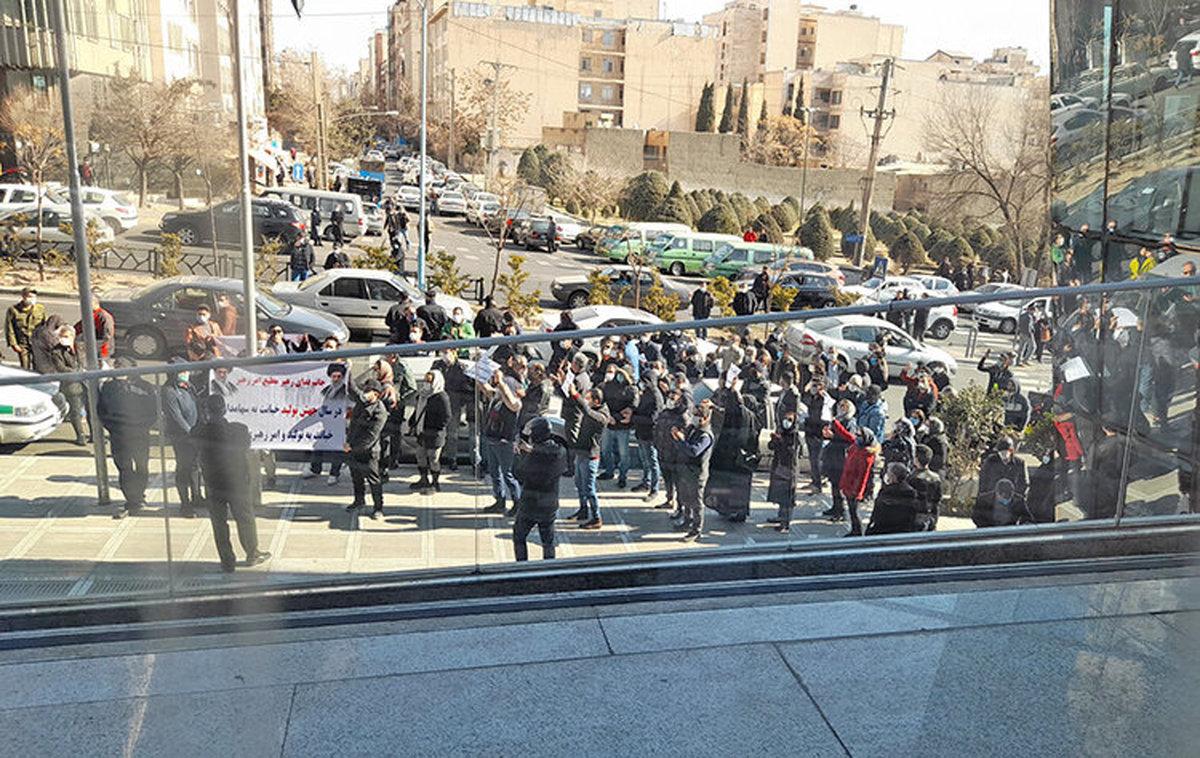 تجمع سهامداران معترض مقابل ساختمان سازمان بورس