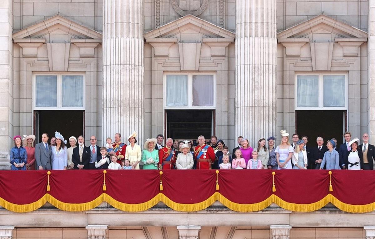 چه کسانی اجازه دارند در بالکن کاخ باکینگهام کنار ملکه بایستند؟
