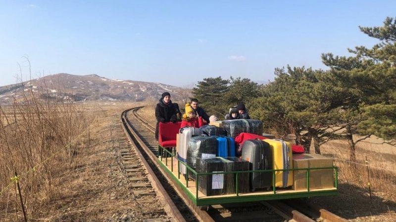 دیپلماتهای روس با واگن دستی از مرز کره شمالی عبورکردند