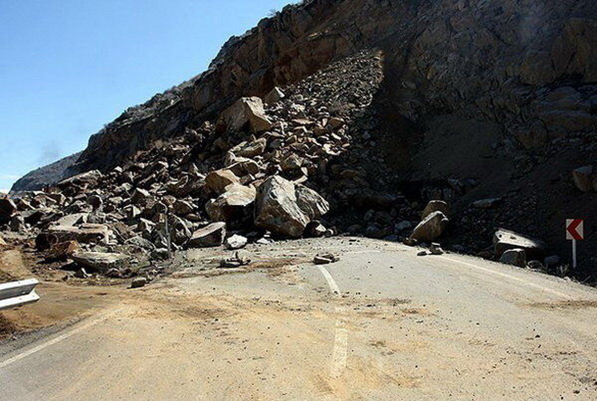 به علت ریزش کوه جاده سی سخت -پادنا بسته شد