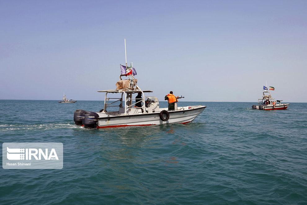 توقیف کشتیهای ترال  در دریای عمان  + عکس