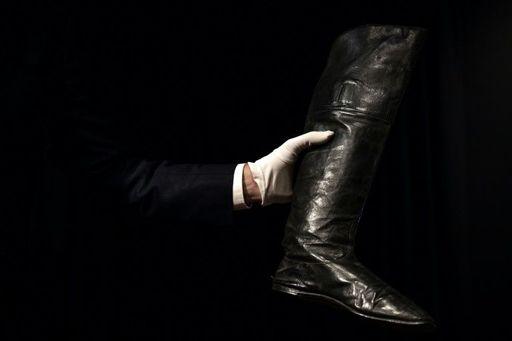 ویدئو؛ چکمه ناپلئون در حراجی پاریس ۱۱۷ هزار یورو فروخته شد