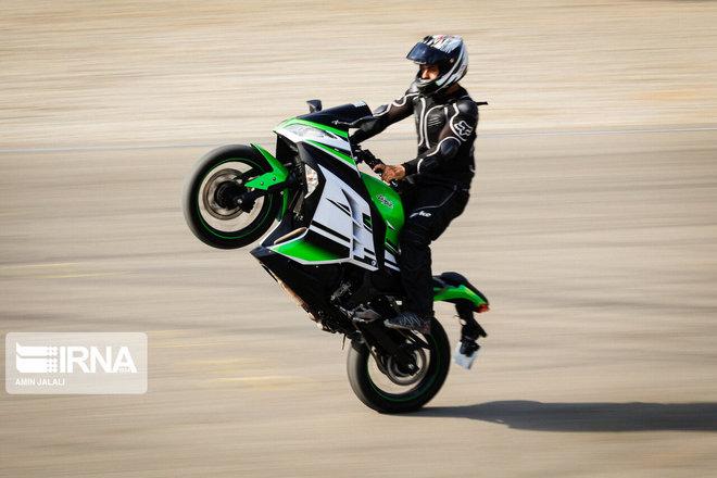 مسابقات حرکات نمایشی موتورسواری در آزادی