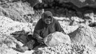 زنانی که  بالای کوه نمکی دنبال یک تکه نان اند+ (عکس)