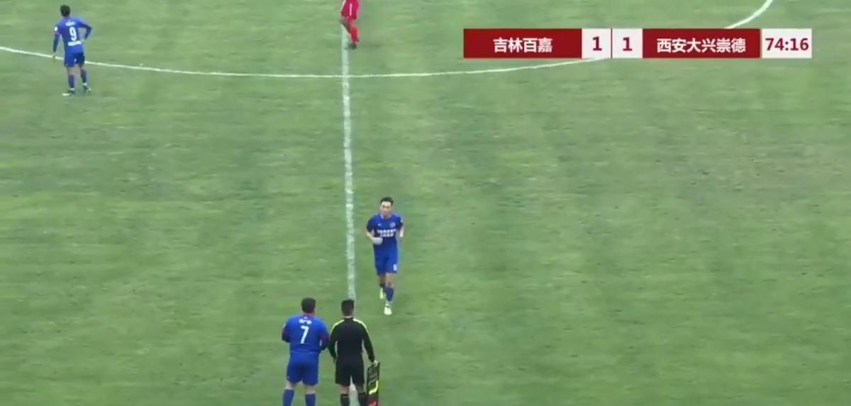 فوتبال بازی کردن پسر ۱۲۶ کیلویی مالک باشگاه! + ویدئو