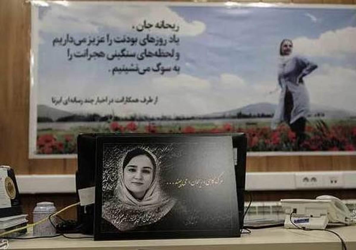 مراسم یادبود ریحانه یاسینی در بهشت زهرا(س)+عکس  دوستان ریحانه یاسینی در کنار مزارش