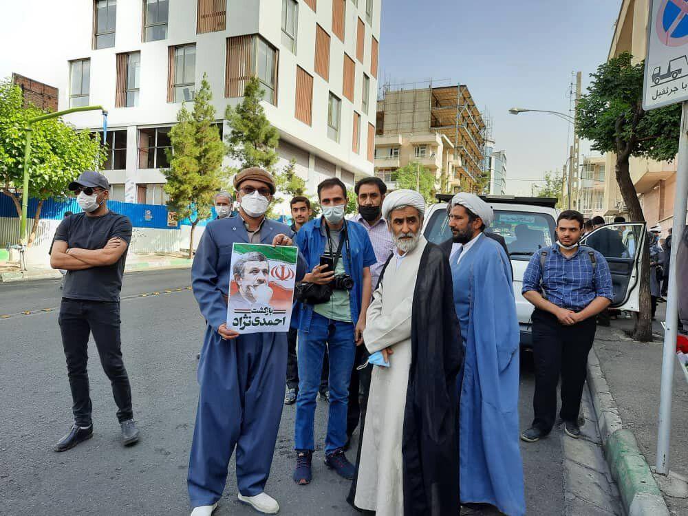 تصویری از تجمع مردم در مقابل خانه محمود احمدی نژاد