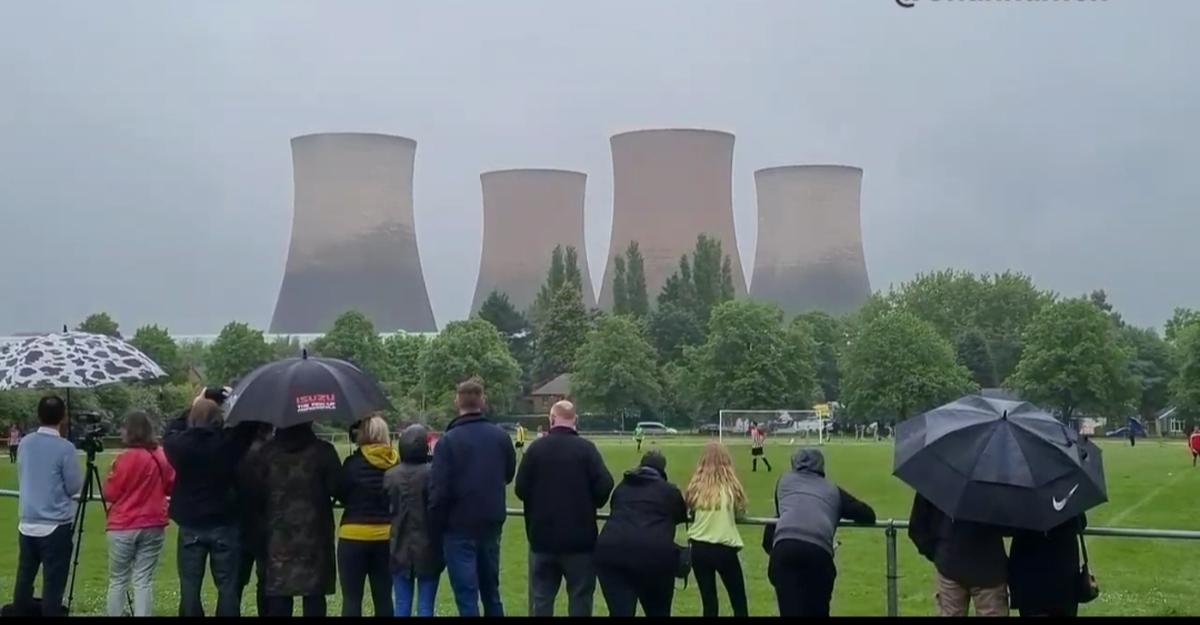 برگزاری یک مسابقه فوتبال لیگ محلی و تخریب یک نیروگاه حرارتی از کارافتاده + ویدئو