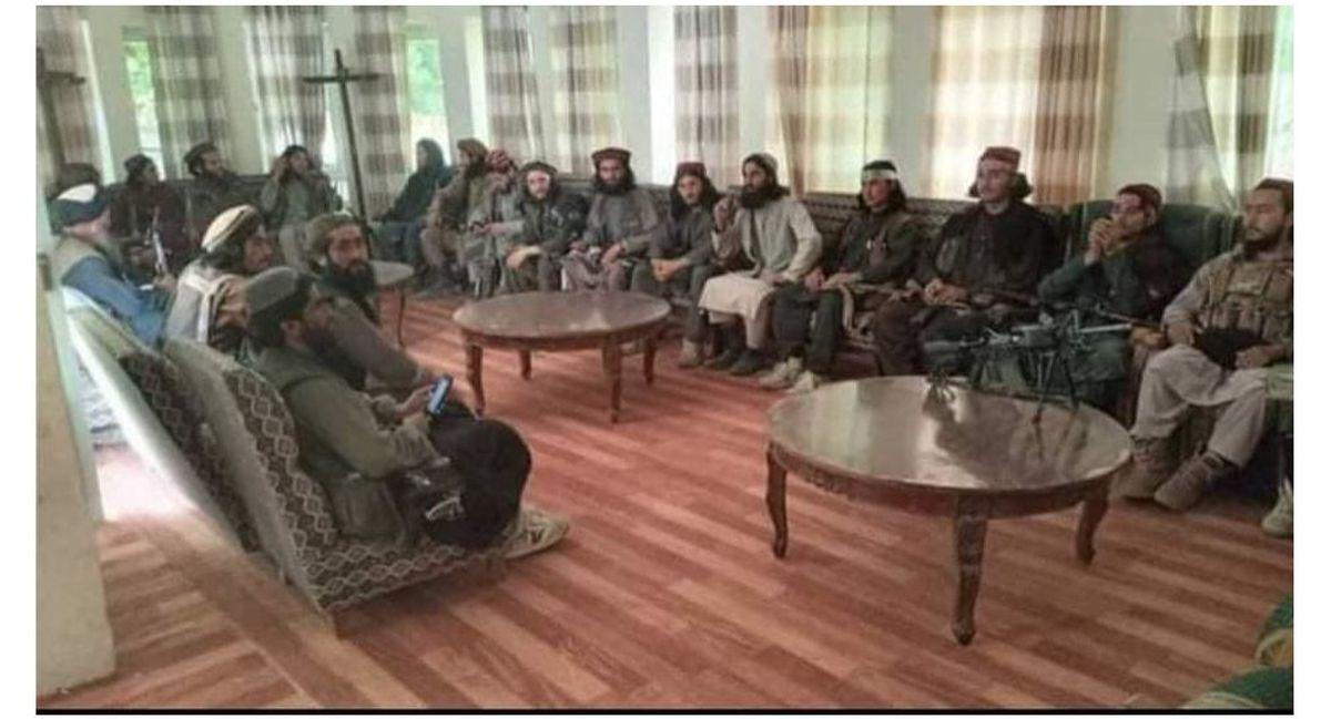 عکس یادگاری طالبان در دفتر احمدشاه مسعود + عکس