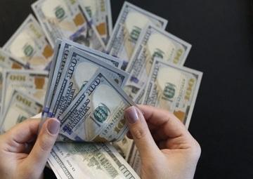 تلاش دلار برای عبور از مرز حساس