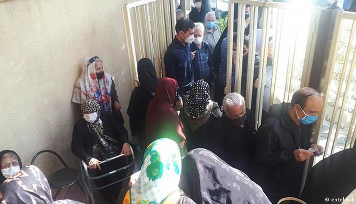 """واکسیناسیون بالای ۸۰ سالهها در ایران؛ """"قیامت است و شلوغ"""""""