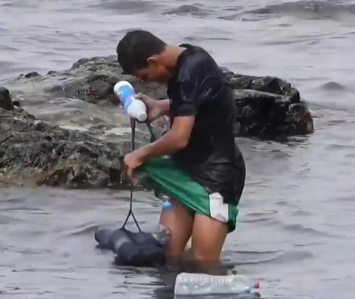 خلاقیت یک نوجوان مهاجر مراکشی در استفاده از بطری های خالی + ویدئو