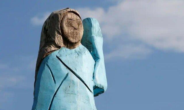 مجسمه چوبی ملانیا ترامپ  آتش زده شد.
