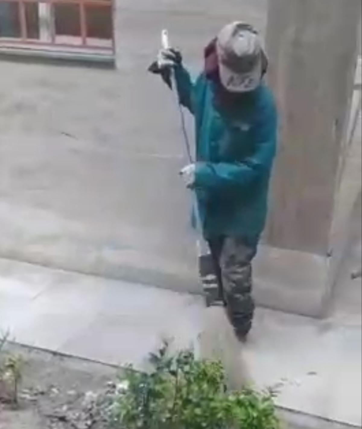 دختر که مدتی بجای پدر پاکبان پیرش میاد و پارک شهر خرم آباد رو تمیز میکنه! + ویدئو