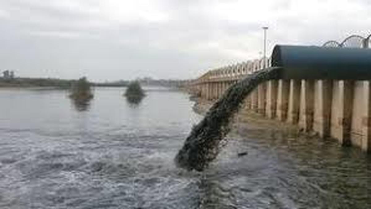 تلاقی آب و فاضلاب |  دلیل ابتلای مردم اهواز به هپاتیت A میباشد