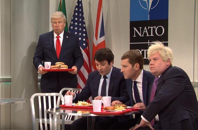 دست انداختن دونالد ترامپ در برنامه «پخش زنده شنبه شب» با الهام از افتضاح نشست ناتو