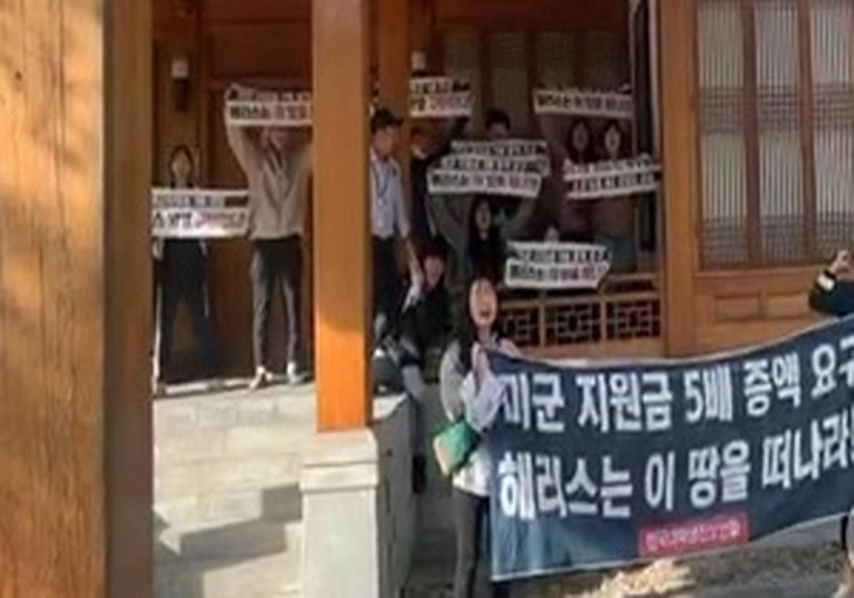 یورش دانشجویان معترض کره جنوبی به خانه سفیر آمریکا