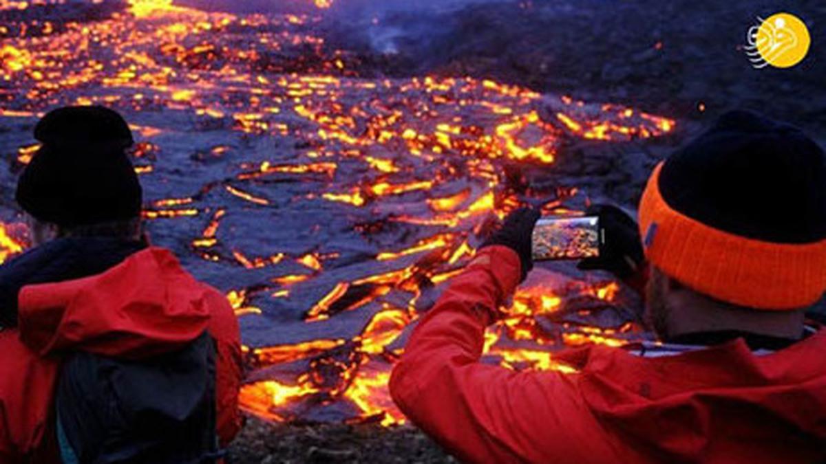 تصاویر بازدید گردشگران از فوران آتشفشان  جاذبه گردشگری فوران آتشفشان+تصاویر