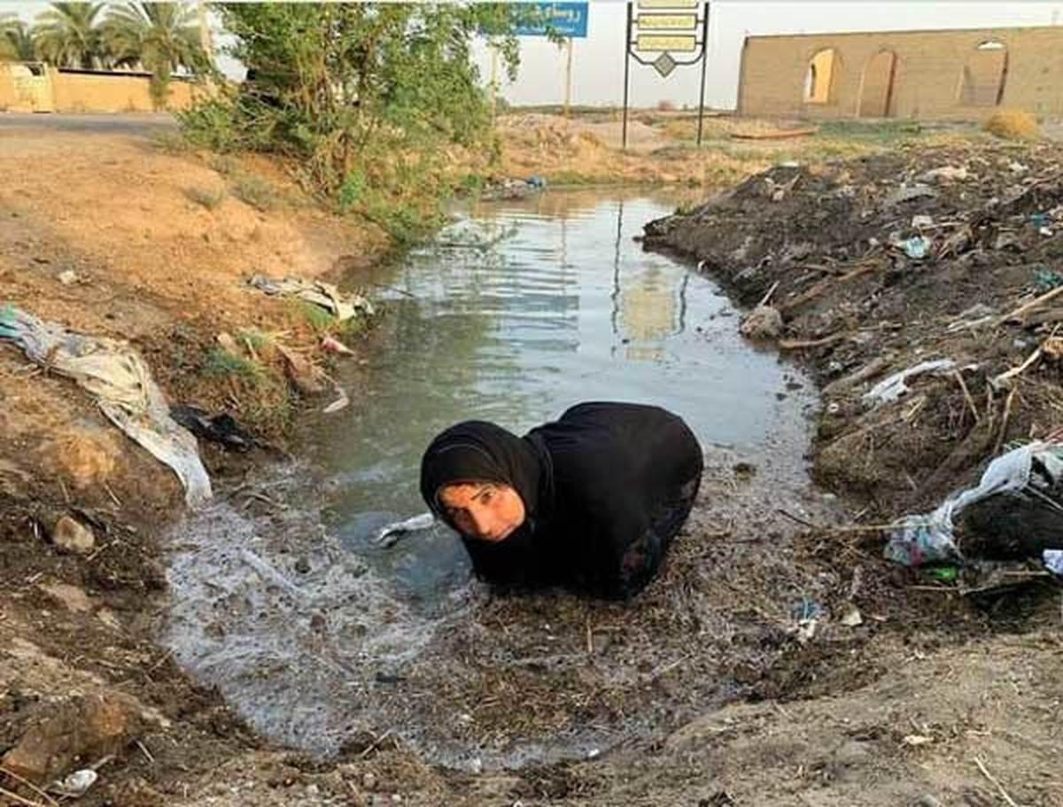 سلوا لطیفی در حال تلاش برای باز کردن راه آب با دستانی نحیف