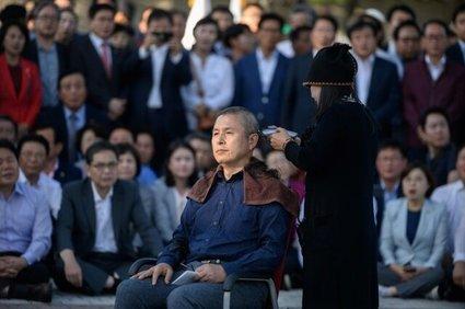 سر تراشیدن رهبر اپوزیسیون کرهجنوبی در اعتراض به رئیس جمهور