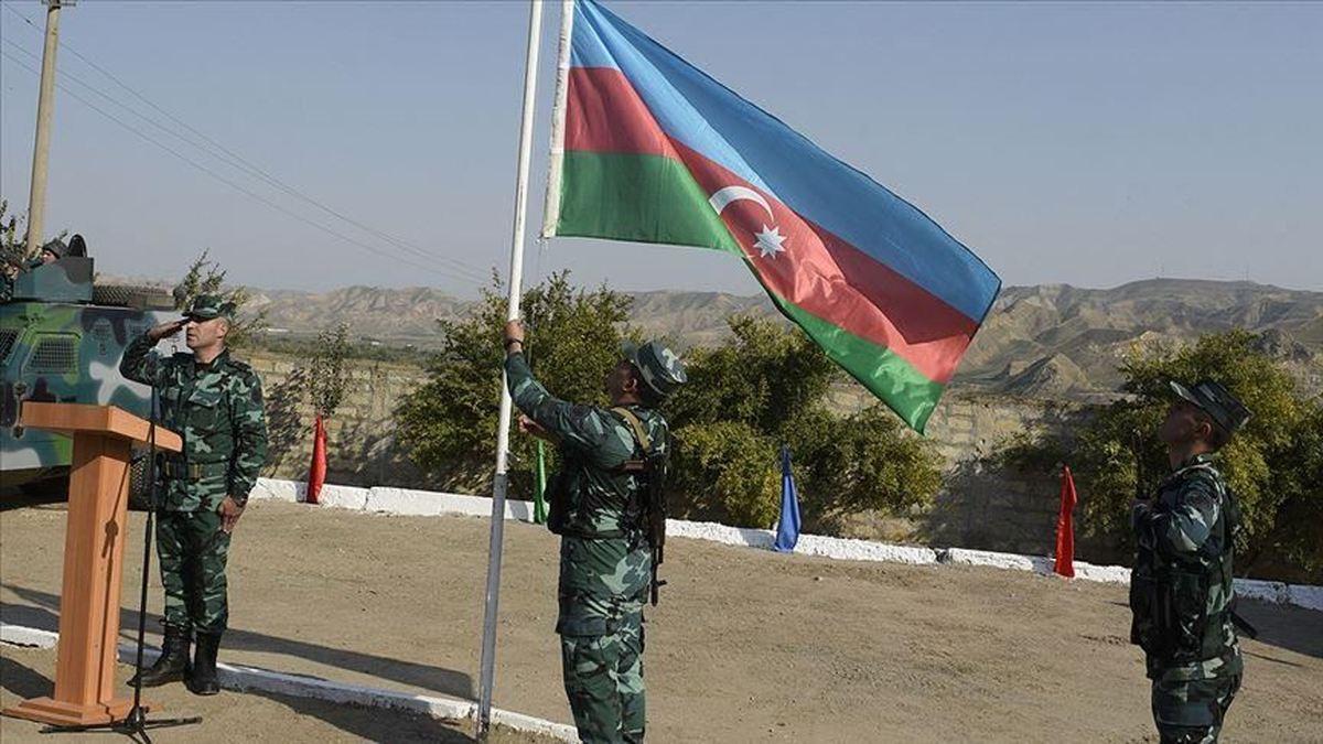 اهتزار پرچم آذربایجان در پاسگاههای آزاد شده در مرز با ایران +عکس