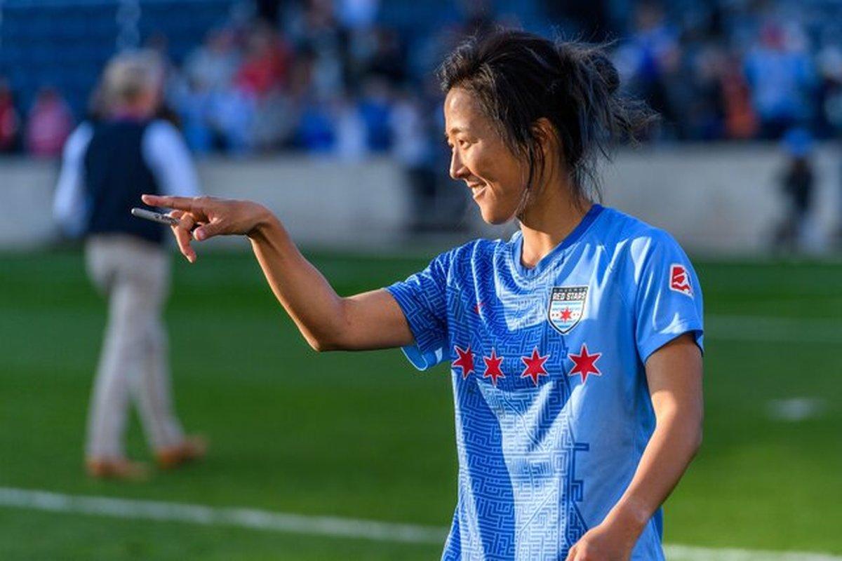 یک فوتبالیست زن در تیم مردان بازی خواهد کرد + عکس