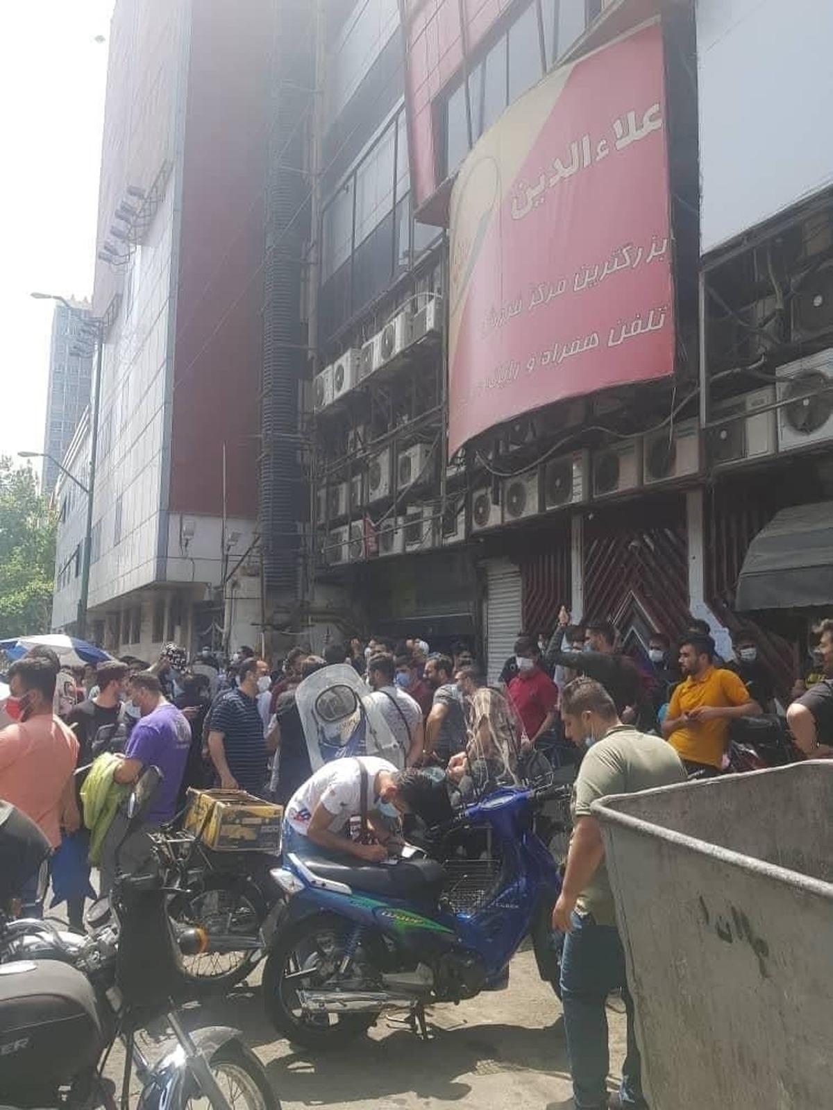 حضور پرتعداد دلالان و فروشندگان تلفن همراه تقلبی در مقابل علاالدین