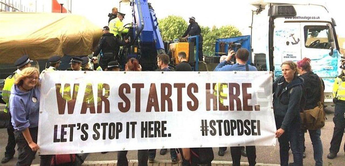 اعتراضات ضد جنگ در لندن همزمان با گشایش نمایشگاه تسلیحاتی