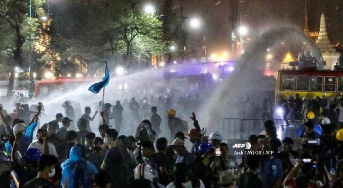 تظاهرات  |   پلیس تایلند از گاز اشک آور و آب پرفشار علیه تظاهرکنندگان استفاده کرد