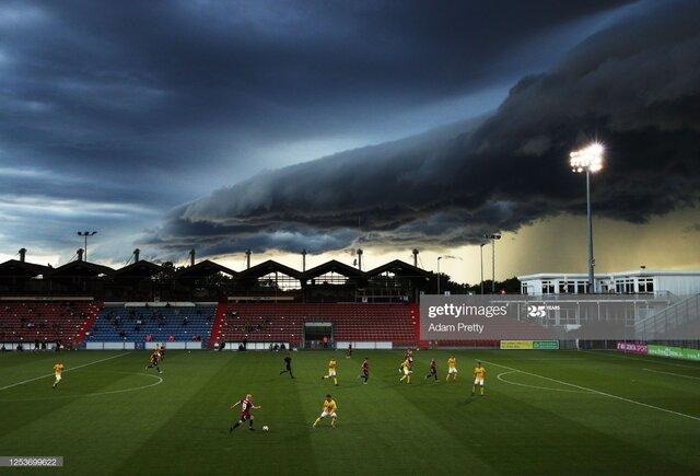 ابر بزرگ و سیاه برای مدتی بالای سر بازیکنان+ عکس
