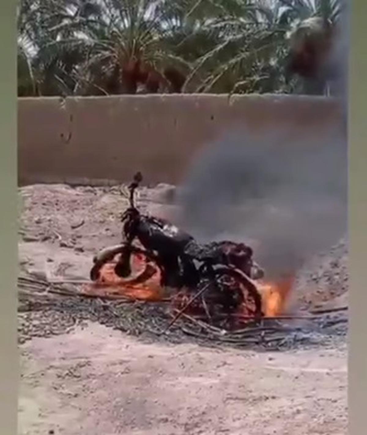 یک سارق رفته خرما سرقت کرده، موتورش رو گرفتن آتش زدن! + فیلم
