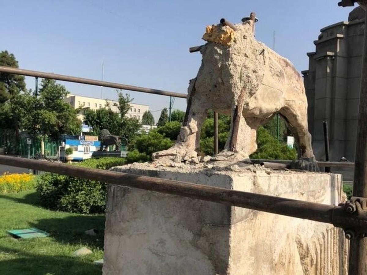 تخریب مجسمه شیر در میدان حر