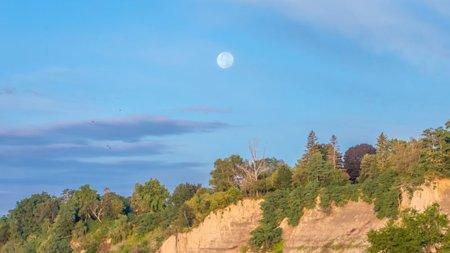 چرا گاهی در طول روز ماه را در آسمان میبینیم؟